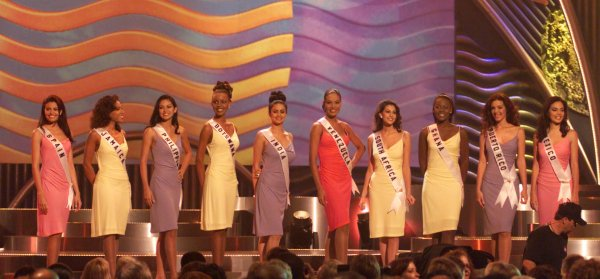 Host Jack Wagner announces the top 10 Delegates to the 1999 Miss Universe Pageant.